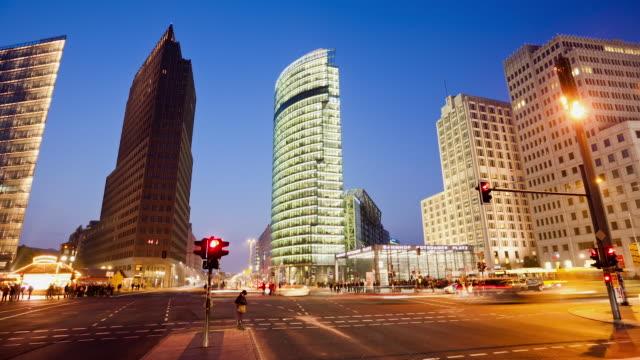 ws t/l traffic at potsdamer platz / berlin, berlin, germany - städtischer platz stock-videos und b-roll-filmmaterial