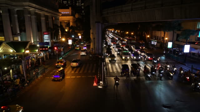 verkeer op Ratchaprasong Junction in Bangkok, Thailand