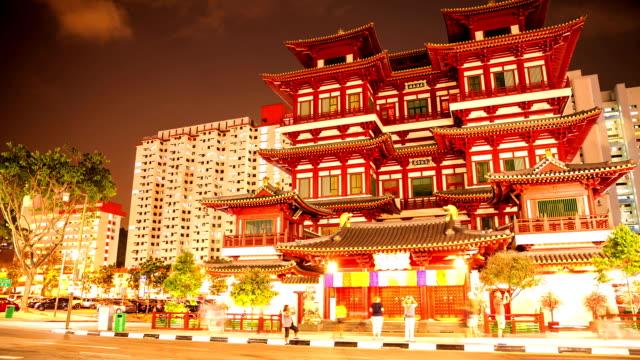 vídeos de stock e filmes b-roll de tráfego em singapura buda dente reminiscência templo, time lapse. - hd format