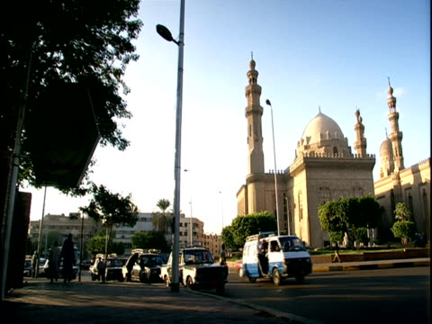ms, pan, traffic at sultan hassan madrassa, cairo, egypt - fan palm tree stock videos & royalty-free footage