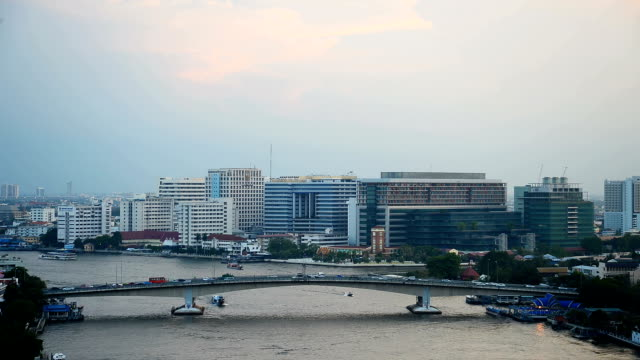 vídeos y material grabado en eventos de stock de tráfico en el puente sobre el río con puesta de sol - número 9