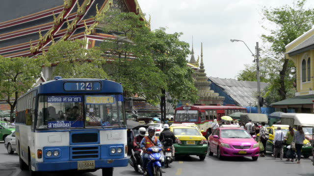 traffic at wat pho temple - jinrikisha stock-videos und b-roll-filmmaterial