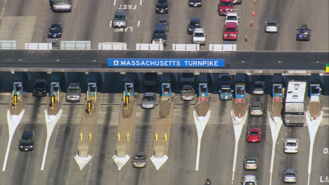 vídeos y material grabado en eventos de stock de aerial traffic backed up and passing through multi-lane massachusetts turnpike toll booth / / massachusetts, united states - peaje