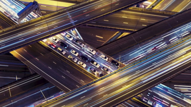 vídeos de stock, filmes e b-roll de fundo de tráfego, panning direito, tempo-lape vídeo 4k. - sinais de cruzamento