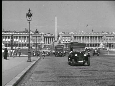 stockvideo's en b-roll-footage met b/w 1927 traffic + bicycles in place de la concorde with obelisk in center / paris, france - 1920