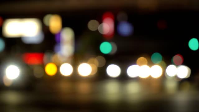 vídeos de stock e filmes b-roll de traffic bokeh blur at night - luz traseira de carro