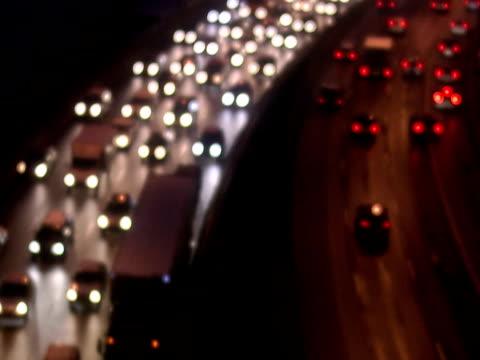 vídeos y material grabado en eventos de stock de traffic by night stockholm sweden. - cambio de foco