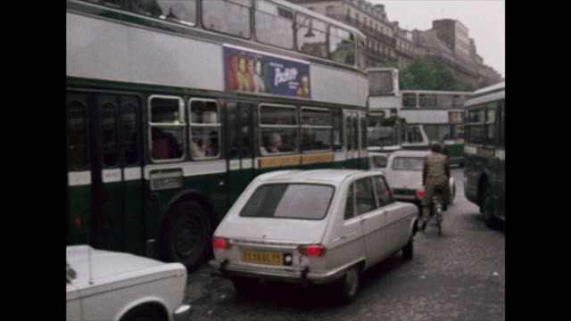 vídeos y material grabado en eventos de stock de traffic chaos and busy streets in paris; 1972 - vista general