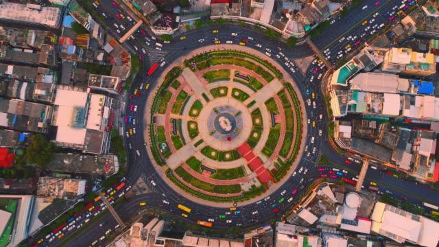 vídeos de stock, filmes e b-roll de rotatória rotatória vista aérea - rotunda arquitetura
