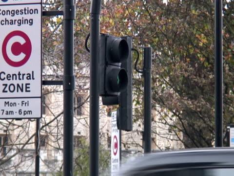 交通制御および気候の変化:渋滞価格のサイン - 盗み聞き点の映像素材/bロール