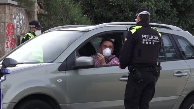 vidéos et rushes de traffic control stop by the mossos d'esquadra and guardia urbana barcelona's local police are seen at tibidabo's road asking the driver for proof to... - lockdown