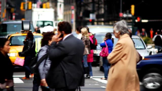 vídeos de stock, filmes e b-roll de a traffic cop stands in the middle of a new york city street. - engarrafamento
