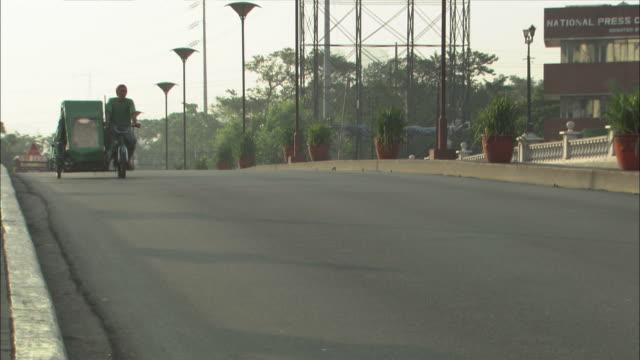 traffic crosses a bridge in manila. - fahrradtaxi stock-videos und b-roll-filmmaterial