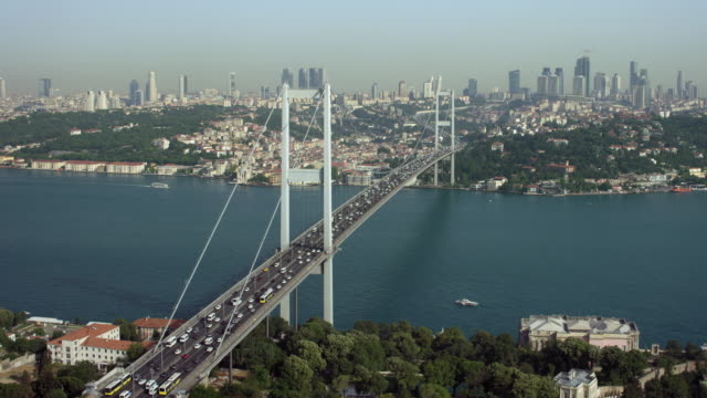vídeos de stock e filmes b-roll de traffic crosses bridge in istanbul turkey - tempo real