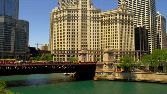 traffic crosses the dusable bridge in chicago. - dusable bridge stock videos & royalty-free footage