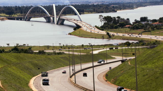 traffic crosses the juscelino kubitschek bridge over lake paranoa in brasilia. - juscelino kubitschek bridge stock videos & royalty-free footage
