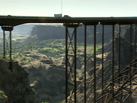 traffic crosses the perrine bridge which spans a deep river gorge in twin falls, idaho. - traffic点の映像素材/bロール