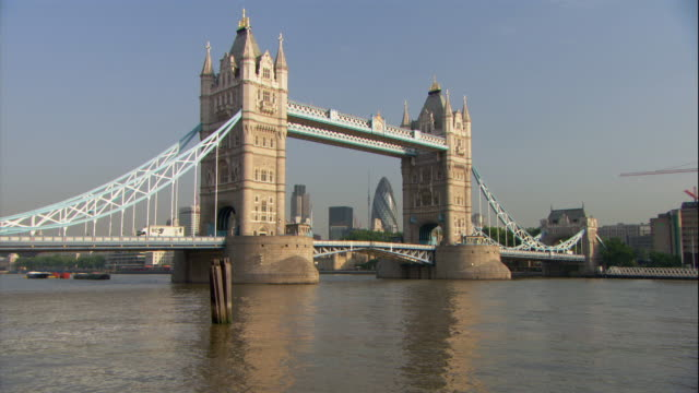 traffic crosses the tower bridge in london. - fluss themse stock-videos und b-roll-filmmaterial