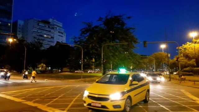 vídeos de stock, filmes e b-roll de cruzamento do tráfego no distrito de flamengo - ponto turístico