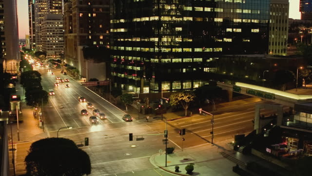 t/l ha ws traffic crossing intersection at 5th and figueroa streets downtown at night / los angeles, california, usa - unknown gender stock videos & royalty-free footage
