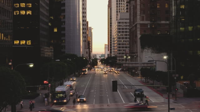 stockvideo's en b-roll-footage met t/l ha ws traffic crossing intersection at 5th and figueroa streets downtown at dusk / los angeles, california, usa - onbekend geslacht