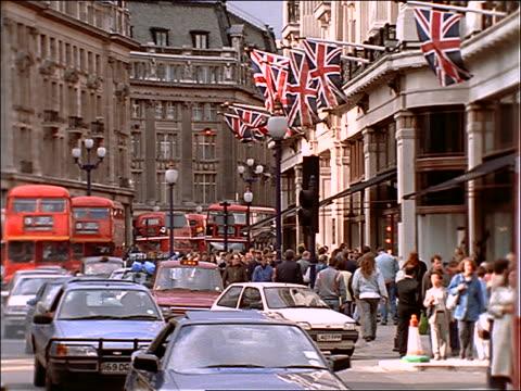 vídeos de stock e filmes b-roll de traffic + crowds on busy london street - autocarro de dois andares