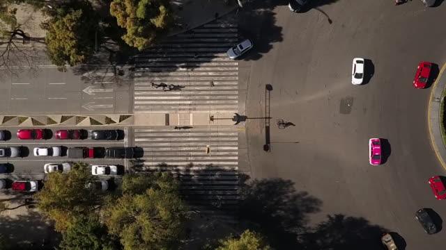 traffic drive by diana the huntress fountain in mexico, overhead aerial - immagine a colori video stock e b–roll