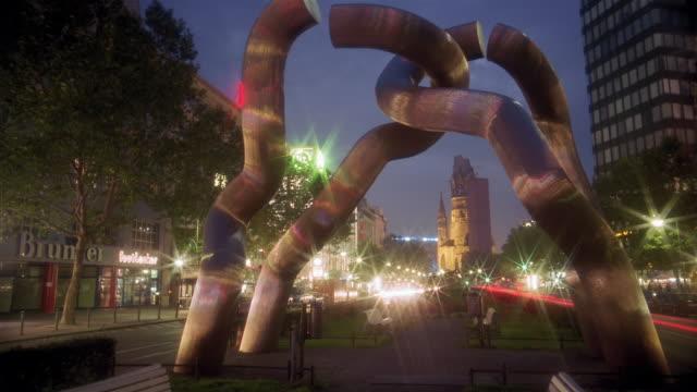 vídeos y material grabado en eventos de stock de traffic drives at night past a metal sculpture on berlin's kurfurstendamm boulevard. \n - iglesia conmemorativa del emperador guillermo