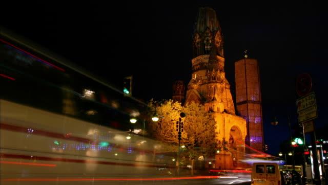 vídeos y material grabado en eventos de stock de traffic drives in front of kaiser wilhelm memorial church in berlin, germany. - iglesia conmemorativa del emperador guillermo