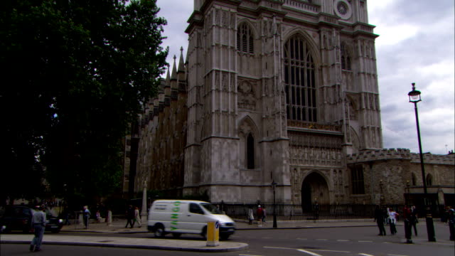 traffic drives in front of westminster abbey. - westminster abbey stock videos & royalty-free footage