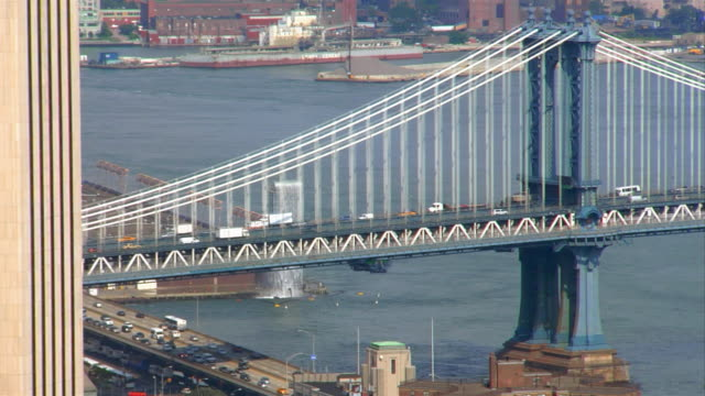 vídeos de stock e filmes b-roll de traffic drives over the manhattan bridge. - tempo real