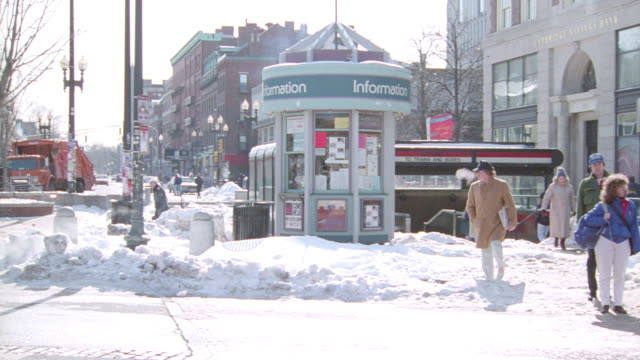traffic drives through harvard square in cambridge, massachusetts. - region new england stock-videos und b-roll-filmmaterial
