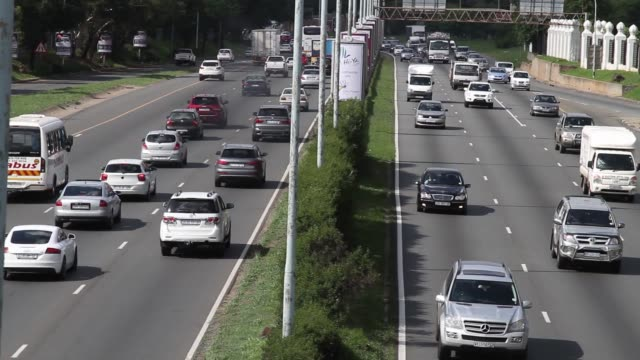 stockvideo's en b-roll-footage met traffic drives up and down the m1 highway in johannesburg south africa on wednesday november 26 gvs of traffic traffic around the nelson mandela... - gauteng provincie