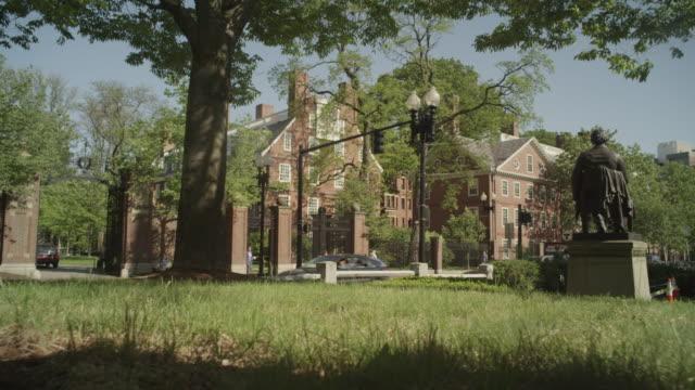 vídeos de stock, filmes e b-roll de traffic driving by statue in boston - massachusetts