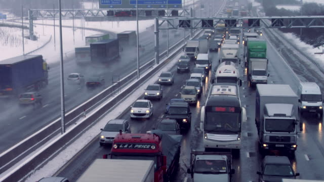 ha zo traffic driving in snow, m1 motorway, hertfordshire, uk - 2009 stock videos & royalty-free footage