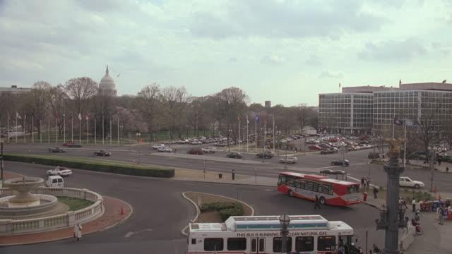 vídeos y material grabado en eventos de stock de ha traffic driving near monuments and government buildings / washington d.c., united states - material grabado en eventos