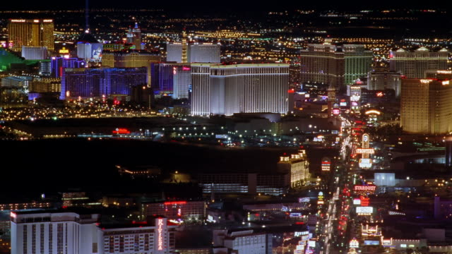 tl ha ws pan traffic driving on busy street past illuminated hotels and casinos on the strip / las vegas, nevada, usa - replica della torre eiffel video stock e b–roll