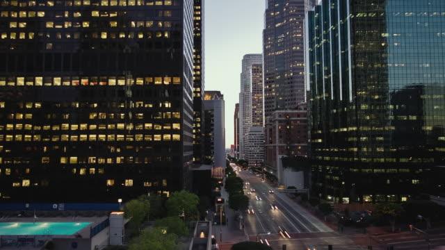 t/l ha ws traffic driving on figueroa street downtown / los angeles, california, usa - okänt kön bildbanksvideor och videomaterial från bakom kulisserna