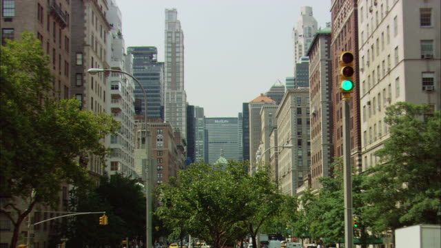 stockvideo's en b-roll-footage met ws zo traffic driving on park avenue near metlife building / manhattan, new york, usa - metlife building
