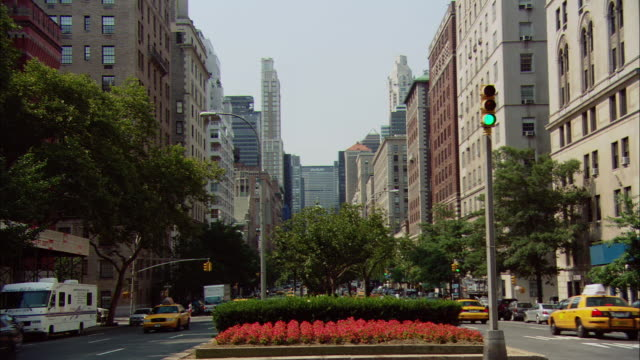 stockvideo's en b-roll-footage met ws traffic driving on park avenue with metlife building in background / manhattan, new york, usa - metlife building