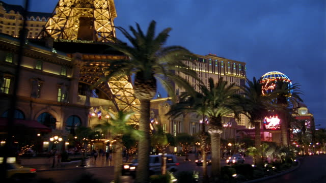 la ws traffic driving on street past eiffel tower replica at paris las vegas / las vegas, nevada, usa - replica della torre eiffel video stock e b–roll
