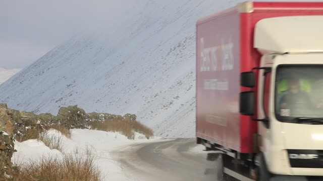 traffic driving over kirkstone pass in the lake district in winter conditions - winter sport stock videos & royalty-free footage