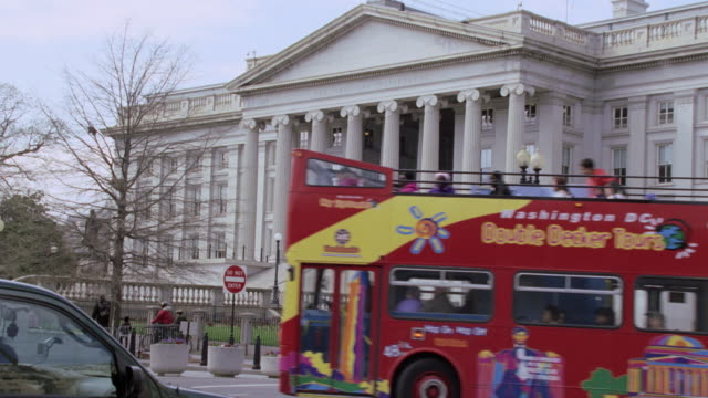 vidéos et rushes de zi traffic driving past the treasury department building / washington, d.c, united states - fronton