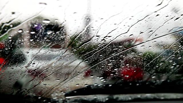 verkehr bei regen in der stadt - jahreszeit stock-videos und b-roll-filmmaterial