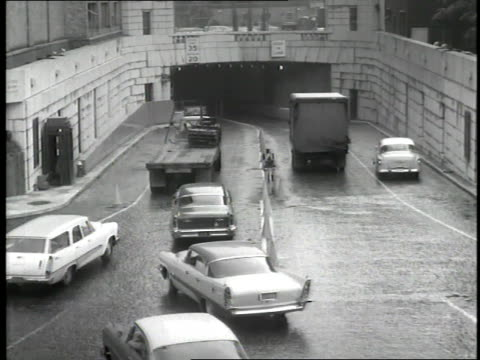 vidéos et rushes de traffic enters the holland tunnel in new york city. - new jersey