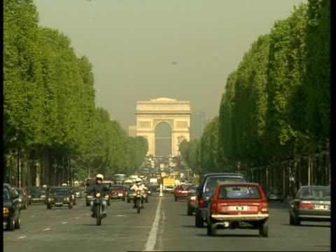 vidéos et rushes de wa traffic filled, tree-lined charles de gaulles avenue, leading to arc de triomphe, paris - arc élément architectural