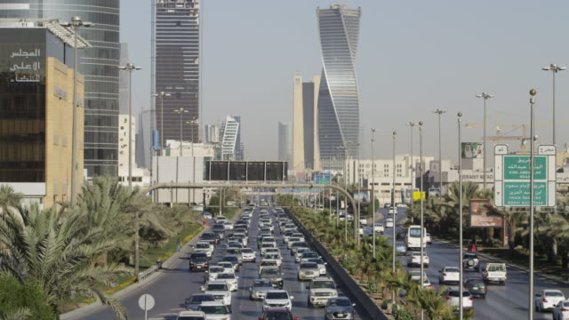 traffic flow in central riyadh, saudi arabia - サウジアラビア点の映像素材/bロール