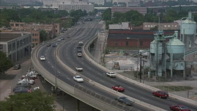 vídeos de stock, filmes e b-roll de traffic flows on a freeway in washington, d.c. - passagem subterrânea via pública