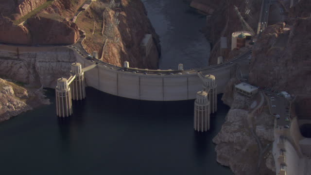 traffic flows over the hoover dam. - fiume colorado video stock e b–roll