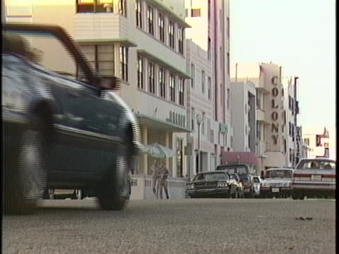 vidéos et rushes de traffic going down a street in miami in the 1980s looking toward the colony hotel. - colony